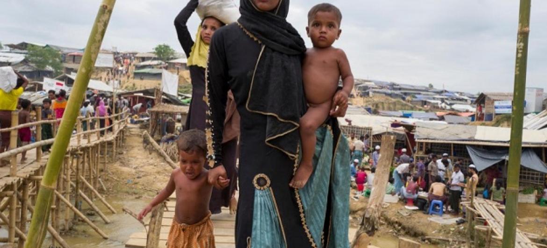 UNHCR imewapatia Wakimbizi wa Rohingya vifaa muhimu kutoka kituo cha usambazaji katika kambi ya Kutupalong ili kuwawezesha kurejea makazi yao. Picha: © UNHCR / Hall ya Andy