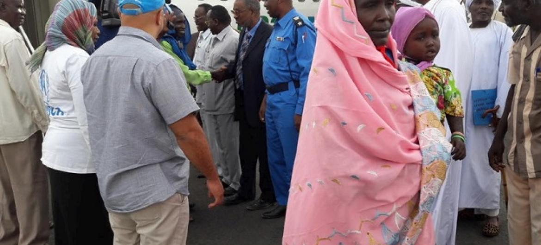 Halima Ibrahim na familia yake ni miongoni mwa wakimbizi wa kwanza wa Sudan ambao wanarudi nyumbani baada ya miaka kumi ya ukimbizini CAR. Picha: © UNHCR / Ahmed Dotum