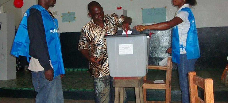 Nchini Liberia mwananchi akipiga kura huku wasimamizi wakifuatilia kwa karibu. (Picha:UNDP/Liberia)