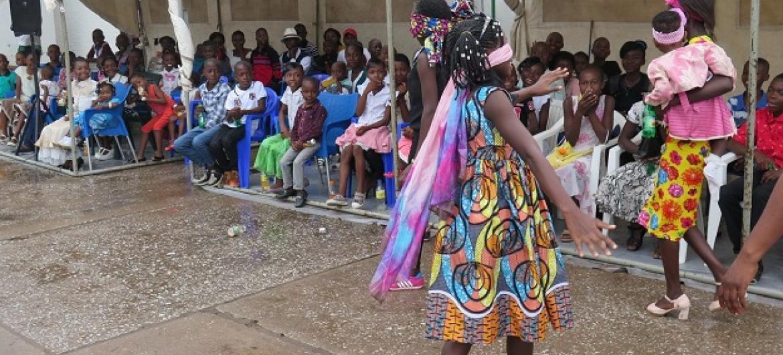 Watoto huko Kalemie, nchini Jamhuri ya Kidemokrasia ya Congo, DRC wakiburudika kwa muziki wakati wa sherehe za krismasi zinazoendelea leo. Sherehe zimeandaliwa na ujumbe wa Umoja wa Mataifa nchini DRC, MONUSCO. (Picha:MONUSCO)