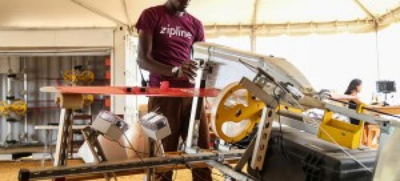 Kijana mfanyakazi wa kampuni ya Zipline inayotengeza ndege sizizokua na rubani aina ya drone kigali Rwanda.