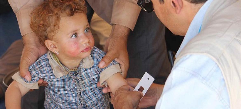 Mtoto mkimbizi nchini Syria akipatiwa huduma ya matibabu. (Picha: © UNICEF/NYHQ2014-1193/Rashidi)