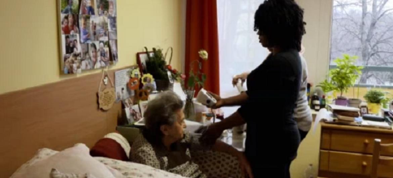 Rita Joy Osazee mkimbizi kutoka Nigeria akihudumia wazee nchini Hungary. Picha: UM/Video capture