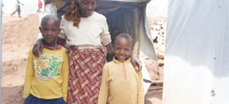 Perus na watoto wake katika kambi ya Mugombwa kusini mwa Rwanda. Ni wakimbizi kutoka DRC. Picha: UNHCR