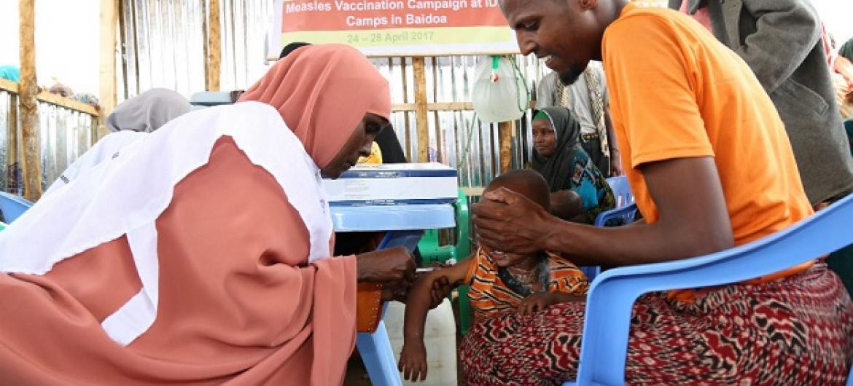 Mtoto anapata chanjo dhidi ya Surua katika kampeni ya kuzuia kuenea kwa ugonjwa huo katika kambi ya wakimbizi wa ndani ya Beerta Muuri, Baidoa nchini Somalia. Picha: UM(Maktaba)