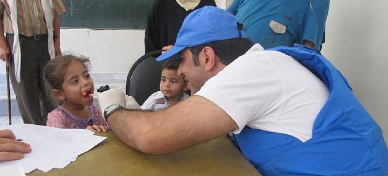 Daktari UNRWA anachunguza mtoto huko Yalda, Damascus, Syria, katika harakati za kudhibiti ugonjwa wa homa ya maumbo. Picha: UNRWA
