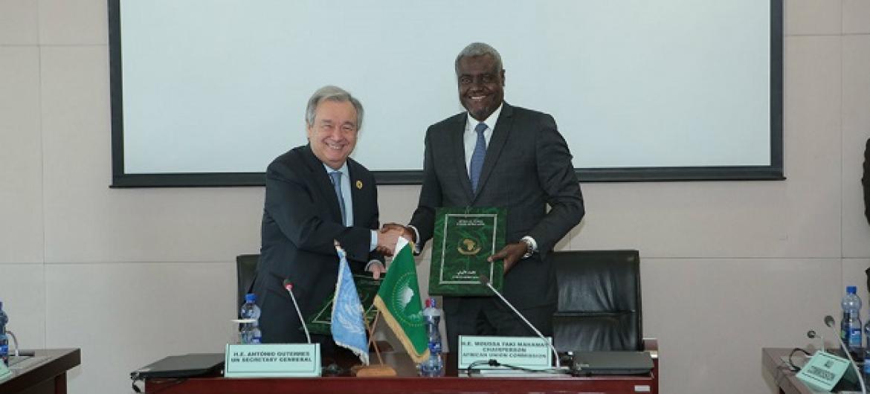 Katibu Mkuu wa UN António Guterres (Kushoto) akiwa na Moussa Faki, Mwenyekiti wa Kamisheni ya AU baada ya kutia saini mfumo wa ushirikiano kati ya vyombo hivyo viwili. (Picha: UN/Antonio Fiorente)