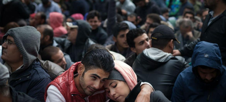 Wahamiaji wakiwa huko Berlin nchini Ujerumani wakisubiri kusajiliwa. (Picha:UNICEF/Ashley Gilbertson VII)