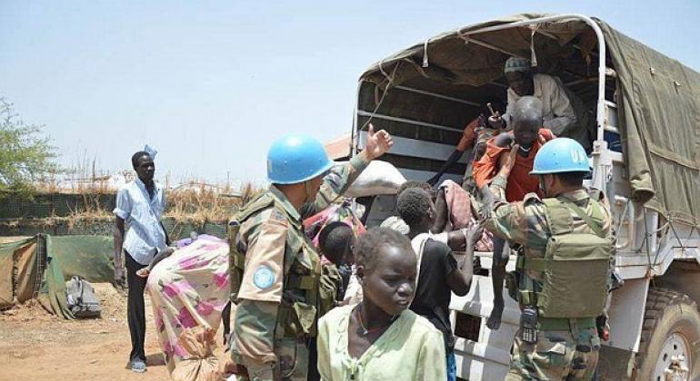 Walinda amani wa UNMISS wakiwasaidia raia wanokimbia machafuko jimbo la Upper Nile nchini Sudan Kusini.(Picha:UNMISS)