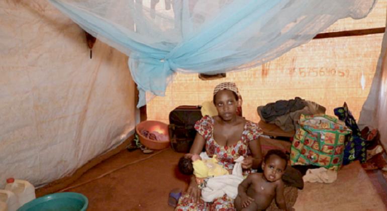 Mama mkimbizi kutoka Burundi akiwa na watoto wake kambini nchini Tanzania. Picha: UNHCR