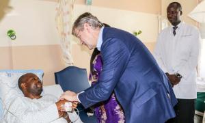 Mkuu wa operesheni za ulinzi za Umoja wa Mataifa Jean-Pierre Lacroix awajulia hali walinda amani wawili wa Tanzania hospitalini Mulago Uganda. Picha: UM