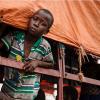 Mtoto mkimbizi wa Sudan Kusini anachungulia akiwa kwenye lori kabla ya kusafirishwa kuelekea makazi mpya ya Imvepi wilayani Arua, kaskazini mwa Uganda UNHCR/David Azia