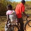 Mwanamke anasafiri akitumia baiskeli barani Afrika. Picha: UNEP