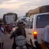 Wachuuzi wauza bidhaa zao katikati ya magari katika trafiki huko Tema, Ghana. Picha: Jonathan Ernst / World Bank (maktaba)