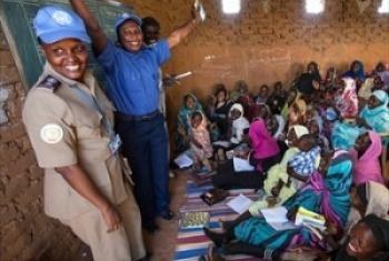 Polisi wanawake huko Darfur hapa wakitoa mafunzo kwa wanawake kwenye kambi ya wakimbizi wa ndani karibu na El Fasher, Darfur Kaskazini(Picha:UN /Albert González Farran)
