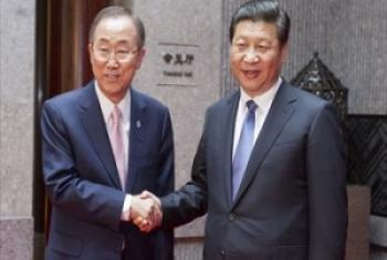 Katibu Mkuu wa UM Ban Ki-Moon akiwa na Rais wa China Xi Jinping baada ya mazungumzo yao mjin Beijing. (Picha: UN /Mark Garten)