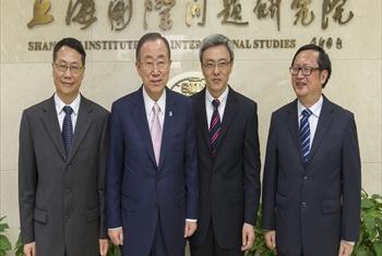 Katibu Mkuu Ban Ki-moon akiwa taasisi ya Shanghai alipokaribishwa na wakuu wa taasisi hiyo(Picha ya UM/Mark Garten)