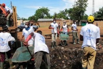 Vijana bila kujali imani zao za kidini wakisafisha eneo lao mjini Bangui kupitia mpango wa IOM. (Picha-MINUSCA)