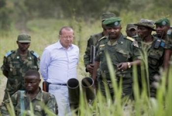 Martin Kobler (katikati) mkuu wa MONUSCO akiwa na baadhi ya maafisa na askari kutoka jeshi la serikali FARDC na lile la kuingilia kati mashambulizi, (FIB) walipofanya ziara karibu na eneo la Tongo, Mashariki mwa DRC. (Picha: UN /Sylvain Liechti)