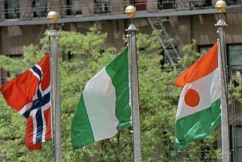 Bendera ya Nigeria (katikati) Picha ya UM/John Isaac