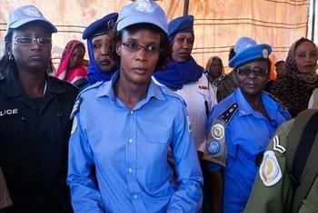 Polisi wanawake katika moja ya hafla kwenye kambi ya wakimbizi wa ndani ya Abu Shouk. (Picha@Albert González Farran, UNAMID)