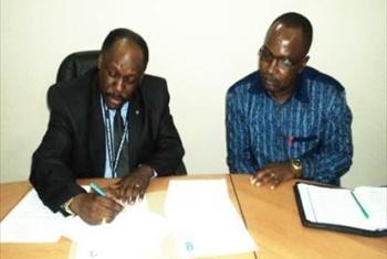 Jaji Francis Mutungi msajili wa vyama na Joram Rukambe (DEP) (Picha ya UNDP Tanzania)