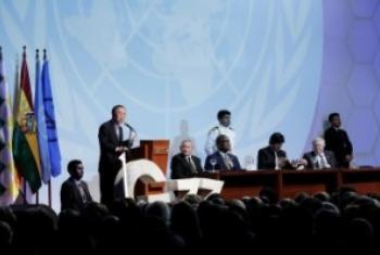 Katibu Mkuu wa UM Ban Ki-Moon akizungumza kwenye maadhimisho ya miaka 50 ya kundi la G77 na China huko Santa Cruz, Bolivia. (Picha:UN/Evan Schneider )