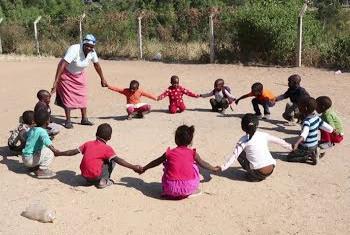 Bibi Khanyisile na kundi la watoto @UNICEF/Youtube