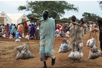Wanawake wakirudi kwenye mahifadhi yao baada ya kupokea msaada wa chakula kutoka kwa WFP kwenye Yusuf Batil refugee Camp. Picha: WFP/George Fominyen