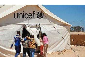 Watoto wakiingia shule iliyomo ndani ya tenti la UNICEF katika kambi la Shousha mpakani mwa Libya na Tunisia. UNICEF/Heifel Ben Youssef.(UN News Centre)