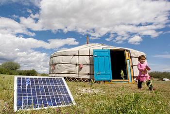 watu wa asili nchini Mongolia wakitumia mabamba ya nishati ya jua katika ger, hema lao la kiasili @