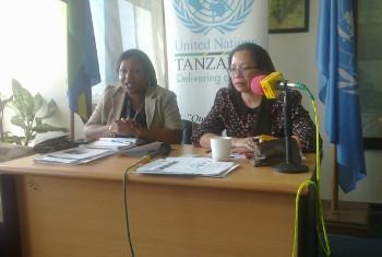 Stella Vuzo wa UNIC na Anna Senga, mkuu wa UN Zanzibar wakati wa uzinduzi wa ripotu ya Umoja wa Mataifa, Zanzibar. @Ameir Haji