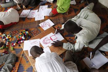 watoto waliotumikishwa kijeshi wakichora katika kituo cha UNICEF, Jamhuri ya Afrika ya Kati @UNICEF/Brian Sokol