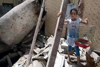 Mtoto huyu wa kipalestina asimama nje ya nyumba iliokuwa nyumba yao iliyoharibiwa baada ya mashambulizi ya angani kambini mji wa Rafhakusini mwa Ukanda wa Gaza (Julai 12)© UNICEF/NYHQ2014-0911/El Baba
