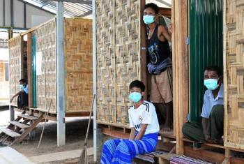 Wagonjwa wa kifua kikuu kutoka Myanmar wakiishi kwenye vibanda wakati wa matibabu katika Klinik ya Wangpha kwenye mpaka wa Thailand. Picha: IRIN/Sean Kimmons(UN News Centre)