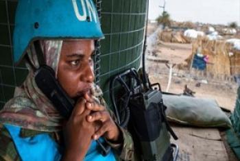 Mlinda amani wa UNAMID katika moja ya doria kuhakikisha usalama wa raia huko Khor Abeche. (Picha: Albert Gonzalez Farran, UNAMID)