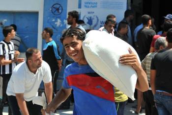 UNRWA na WFP wanaendelea kusambaza msaada wa chakula kwa zaidi ya wakazi 830,000 wa Gaza @Shareef Sarhan-UNRWA Archives