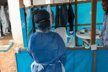 Mwanamke asubiri kuingia kumlisha mumewe katika wadi iliyotengwa inayofadhiliwa kwa pamoja na wizara ya Liberia, WHO na MSF wanaotoa huduma kwa wagonjwa katika mji mkuu Monrovia.Picha UNMIL/Staton Winter