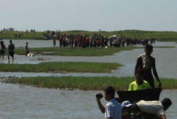 Idadi ya watu wanaohatarisha maisha yao kwenye boti ya ushafirishaji haramu katika pwani ya Bengal kufuatia ghasia ya hivi karibuni katika jimbo la Rakhine, Myanmar. Picha: UNHCR Myanmar(UN News Centre)