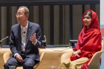 Katibu Mkuu wa UM Ban Ki-Moon na Malala Yousfzai katika mjadala huo. (Picha:UN/Mark Garten)