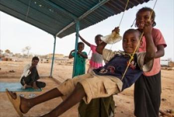 Watoto hawa wacheza katika kituo cha jamii kilichojengwa na UNAMID katika kambi ya wakimbizi wa ndani , Khor Abeche, kusini Darfur (Picha/UM/Albert González Farran/NICA)