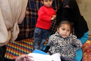 Familia wa waSyria wakijiandikisha kama wakimbizi, Halba kaskazini mwa Lebanon.© UNHCR/F.Juez