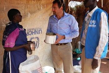 Toby Lanzer katika harakati za usambazaji wa misaada.Picha@UNHCR