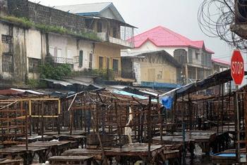 Soko la chakula la Monrovia wilaya ya West point, 20 Agosti 2014.Picha@FAO