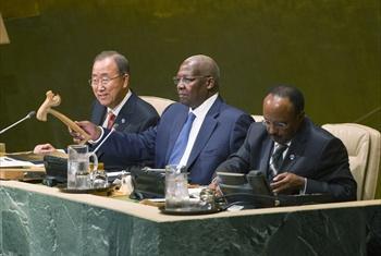 Katibu Mkuu Ban Ki-moon(kushoto),Sam Kahamba Kutesa (kati kati) na Tegegnework Gettu.