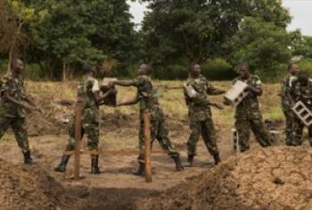 Walinda amani kutoka Rwanda walioko kwenye kikosi cha ulinzi wa amani cha Umoja wa Mataifa huko Sudan Kusini, UNMISS wakishiriki ujenzi wa shule moja kwenye mji wa Juba. (Picha:UN/JC McIlwaine)