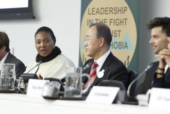 Mwimbaji Yvone Chaka Chaka (left) na Katibu Ban Ki-moon.