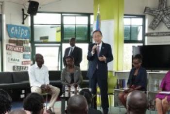 Katibu Mkuu wa UM Ban Ki-Moon (aliyesimama katikati) akizungumza na vijana baada ya kutembelea ofisi za Ushahidi/IHub jijini Nairobi. (Picha:Eskinder Debebe)