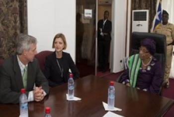 Mkuu wa UNMEER Anthony Banbury(wa kwanza kushoto) kwenye mazungumzo na Rais wa Liberia Ellen Johnson- Sirleaf mjini Liberia. (Picha: