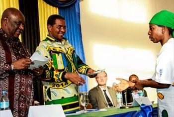 Baadhi wakimbizi wa zamani wakabidhiwa vyeti vya urai na Rais wa Tanzania Jakaya Kikwete.(Picha © UNHCR/S.Mhando)